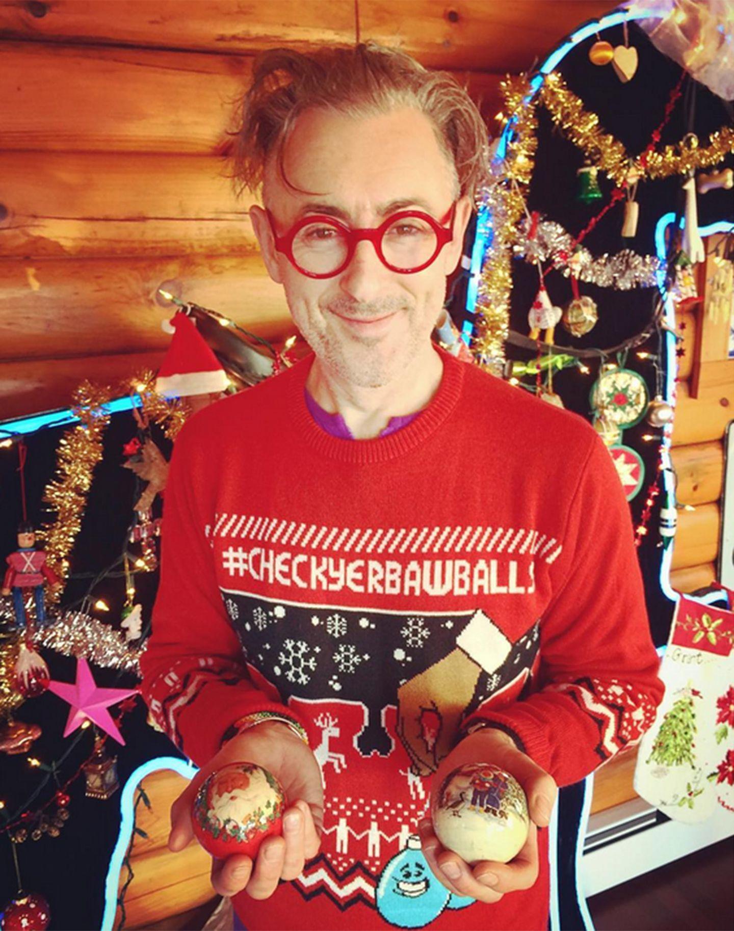 Alan Cumming macht mit seinem X-Mas-Sweater noch auf eine sehr wichtige Sache aufmerksam: Hodenkrebsvorsorge! Also... #checkyerbawballs