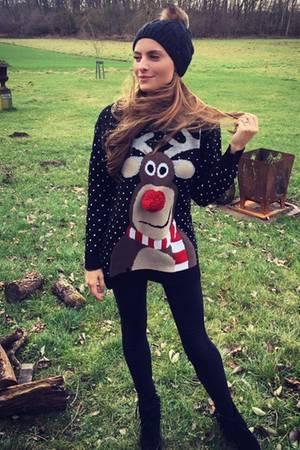 Eingepackt wie ein Geschenk: Mit so viel Stoff haben wir Sophia Thomalla noch nie gesehen. Den niedlichen Weihnachtspulli hätten wir auch gerne unter dem Weihnachtsbaum liegen, bitte!