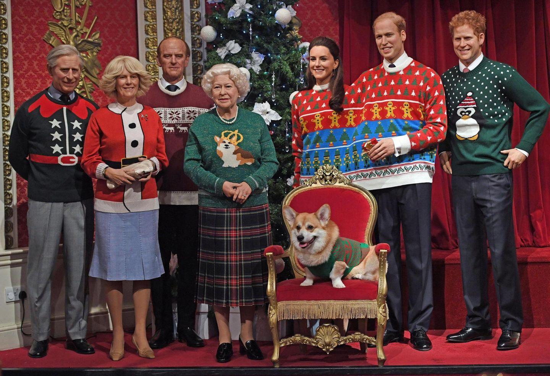 So stellt man sich bei Madame Tussauds Weihnachten bei den Royals vor. Die Queen und ihre Lieben haben festliche Outfits an - und der Corgis thront vor allen.