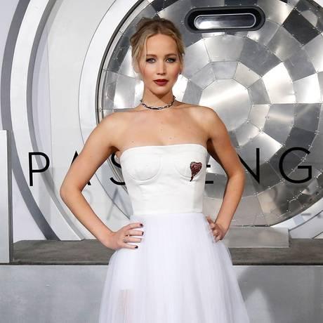 """Schön wie eine Braut sieht Jennifer Lawrence bei der Hollywood-Premiere von """"Passengers"""" aus. Das weiße Bustier-Kleid von Dior bekommt durch das aufstickte, rote Herz eine noch bezauberndere Note."""