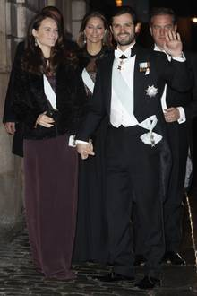 Prinzessin Sofia erscheint am 20. Dezember zur Jahresabschluss-Feier der Schwedischen Akademie im Stockholmer Börsenhaus an der Seite von Ehemann Prinz Carl Philip von Schweden in einem lilafarbenen Kleid. Doch hoppla: Der sonst so gefeierten Style-Queen ist die Robe offenbar ein bisschen zu lang - sie tritt mit ihren High Heels auf den schicken Stoff.