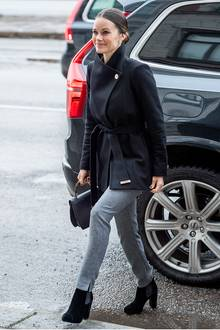 Für ein Business-Lunch in Stockholm hat sich Prinzessin Sofia für ein bequemes, aber elegantes Winter-Outfit in Grau und Schwarz entschieden.