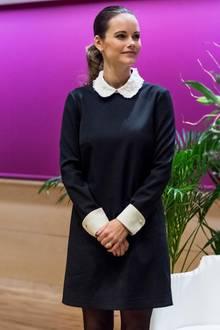 """An ihrem Geburstag am 6. Dezember hätte sich Prinzessin Sofia doch etwas mehr Mühe geben können. Zum """"Führungskräftetag"""" der Stiftung Gesundheitswesen erschien die Frau von Prinz Carl Philip in einem schwarzen Kleidchen mit weißen Ärmeln und weißem Bubikragen. Schnarch!"""