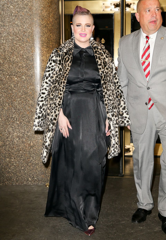 Immer wenn Kelly Osbourne wieder an Gewicht zulegt, sind ihre Outfits eher weit und verhüllend, so wie bei diesem Seidenkleid, über dem sie zusätzlich ihren Leo-Print-Mantel trägt.