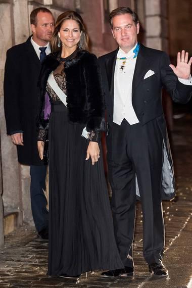 Einen ähnlichen Look trägt Prinzessin Madeleine mit schwarzer Felljacke und Abendkleid mit Plissee-Rock und Spitzen-Bustier.