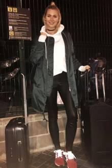 So lässig reist Topmodel Lena Gercke nach Barcelona, wo sie an Silverster das neue Jahr begrüßen wird. Auch abseits des roten Teppichs beweist Lena stets ihren Sinn für Mode und Trends. Ihre Leder-Leggings, der Parka im Bomberjacken-Style und der weiße Hoodie sind nicht nur bequem, sondern gehören aktuell auch zu den beliebtesten Streetstyle-Must-Haves.