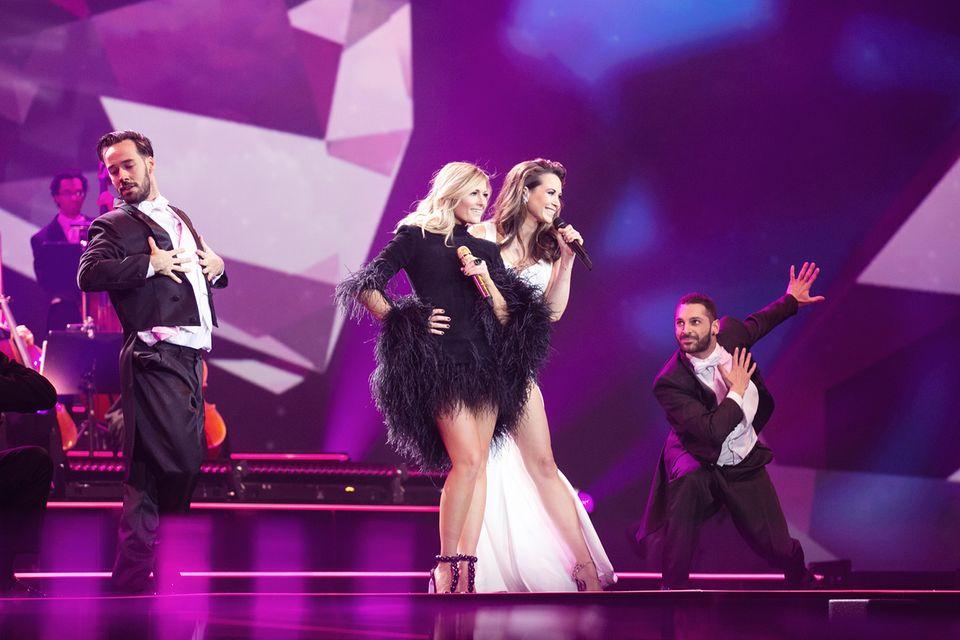 Für ihren Auftritt mit Grace Capristo hat sich Helene Fischer mit diesem schwarzen Feder-Dress ein perfektes Show-Outfit ausgesucht.