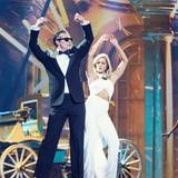 Besonders sexy im bauchfreien, weißen Neckholder-Jumpsuit zeigt sich Helene Fischer bei ihrer Performance mit dem Darsteller des Falco-Musicals.