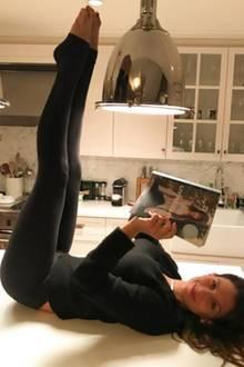 """""""Yoga auf dem Küchentisch"""" oder """"wie Hilaria Baldwin ein Buch zu lesen pflegt"""" - Hilarias Kreativität kennt keine Grenzen."""