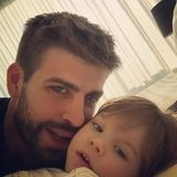 Fußballstar Gerard Piqué ist ganz vernarrt in Söhnchen Milan und herzt seinen Sohn ganz liebevoll.