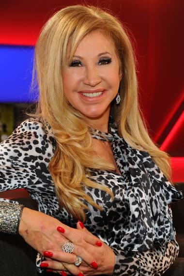 TV-Sternchen Carmen Geiss ist für ihre lange, hellblonde Löwenmähne bekannt und liebt ihre Extensions. Genauso sehr liebt sie es aber offensichtlich auch, zu experimentieren...