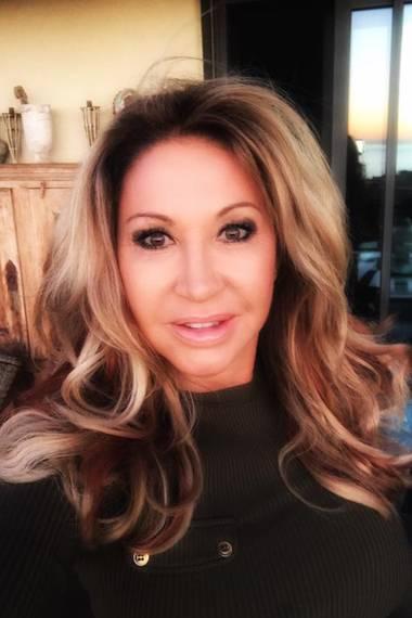 """""""Guten Morgen ihr Lieben, da habe ich gestern mal wieder mit meinen Haaren rum experimentieren lassen. Wie findet ihr die neue Farbe?"""", fragt die Millionärsgattin ihre Fans auf ihrer offiziellen Facebook-Seite. Die Follower meinen: Daumen hoch!"""