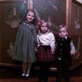 15. Dezember 2016   Prinzessin Madeleine veröffentlicht dieses entzückende Bild von ihren Kindern Leonore und Nicolas mit ihrer Cousine Prinzessin Estelle. Die schwedische Familie befindet sich zum Weihnachtsessen im Stockholmer Palast.