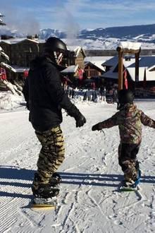 23. Dezember 2016  Gemeinsam mit seinem Sohn Flynn auf der Schneepiste: Orlando Bloom bringt seinem Sprössling das Snowboarden bei.