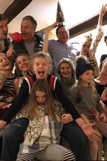 """""""Frohe Weihnachten, euch allen"""", postet Cara Delevingne zu ihrem lustigen Familienfoto."""