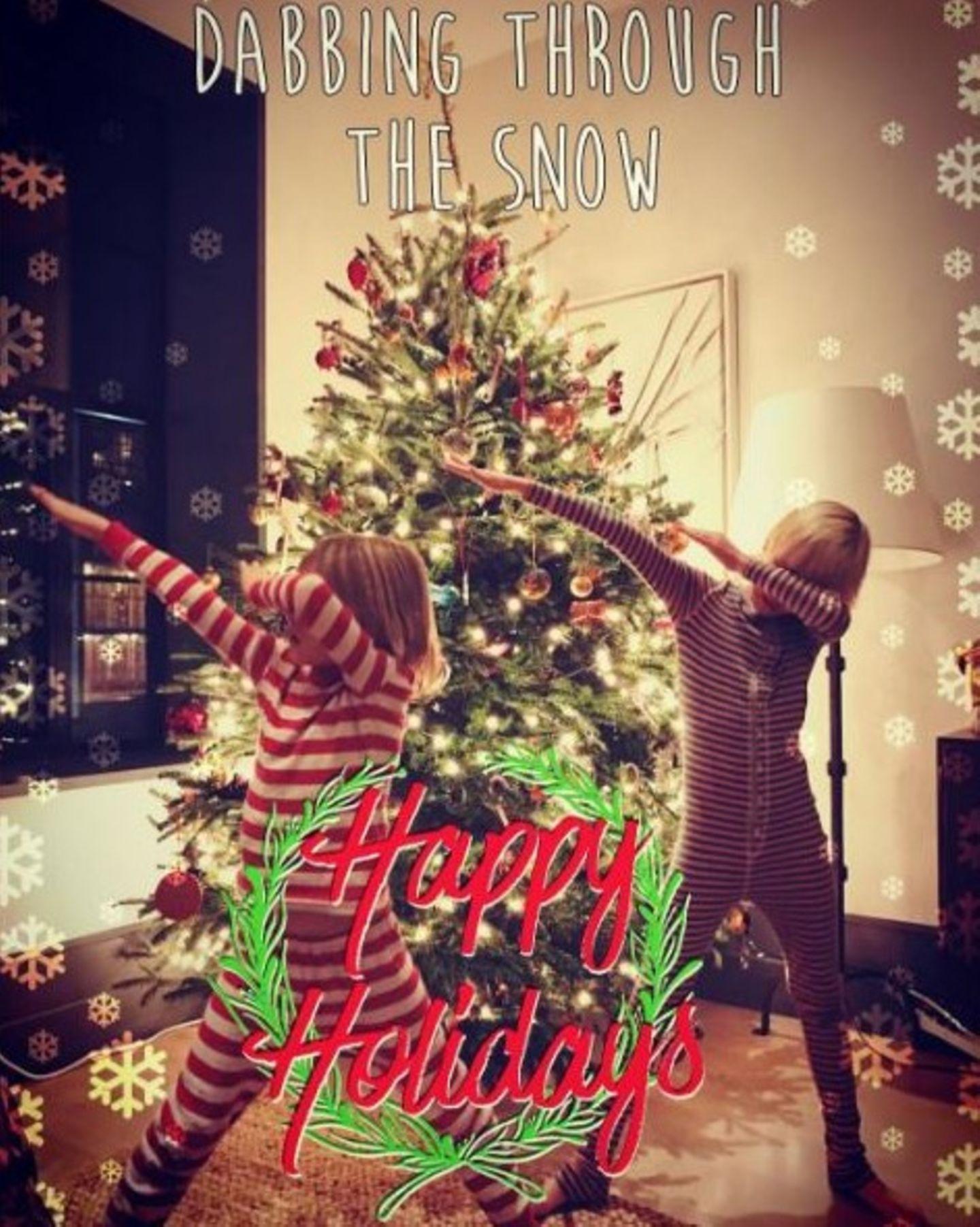 Naomi Watts' Kids tanzen sich in Weihnachtsstimmung.