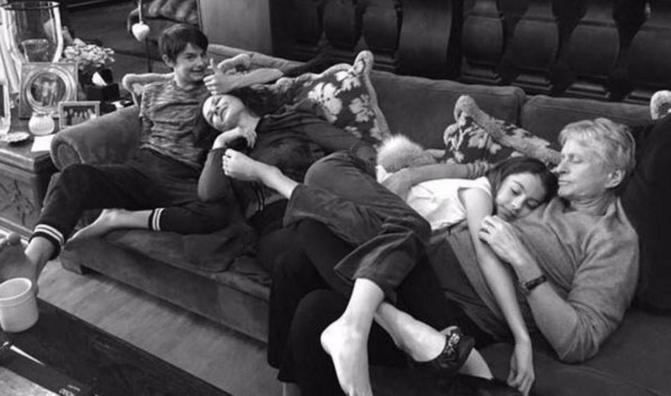 Zu Weihnachten mit der Familie auf dem Sofa rumlümmeln: Catherine Zeta-Jones, Michael Douglas und ihre beiden Kids zeigen uns ihre verknotete Variante.