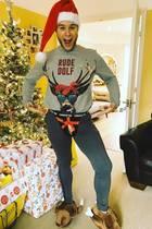 Sänger Olly Murs erlaubt sich zu Weihnachten einen ulkigen Sprachwitz und trägt zum Fest seinen schönsten Zwirn: Ein Paar Truthahnpantoffeln, einen Geschenkslip und einen unsagbar schönen Sweater.