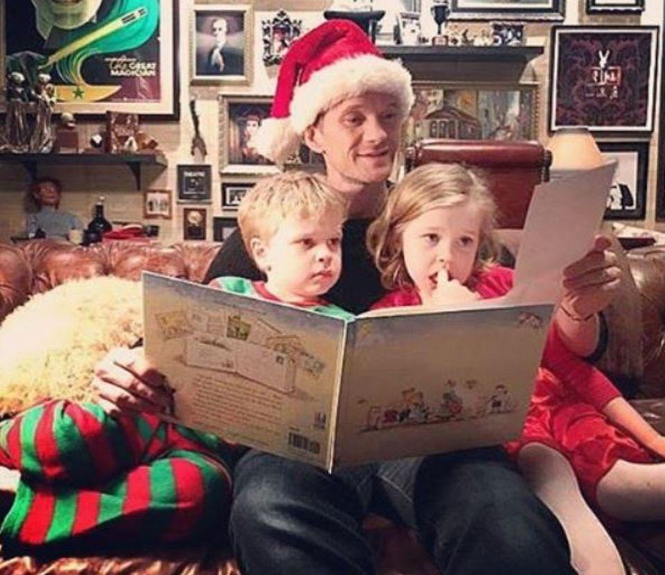 Neil Patrick Harris liest seinen Kindern Gideon und Harper Weihnachtsgeschichten vor. Dabei darf natürlich eine Zipfelmütze nicht fehlen.