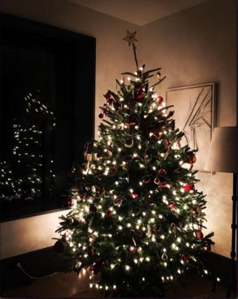 Ta-taa, ta-taa: Bewundern Sie mit uns den Weihnachtsbaum von Naomi Watts.