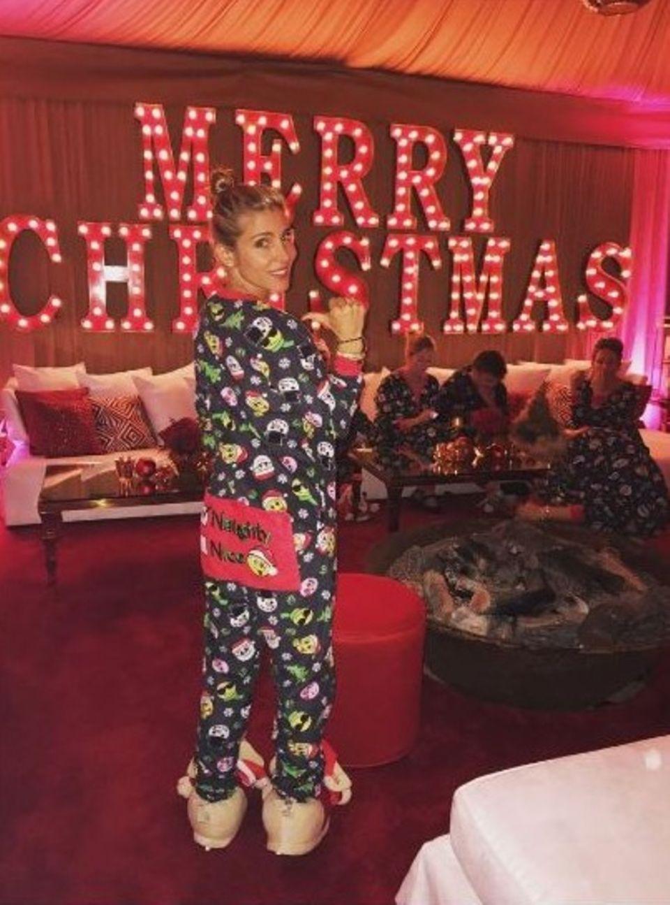 Elsa Patakys weihnachtlicher Schlafanzug und die Puschen sind eine wahre Kitschexplosion.