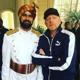 Boris Becker erkundet Kalkutta: Auch in Indian wird die Tennislegende erkannt und stellt sich natürlich gerne bereit ein Foto oder zwei. Bleibt nur noch eine Frage: warum so ernst, Herr Becker?