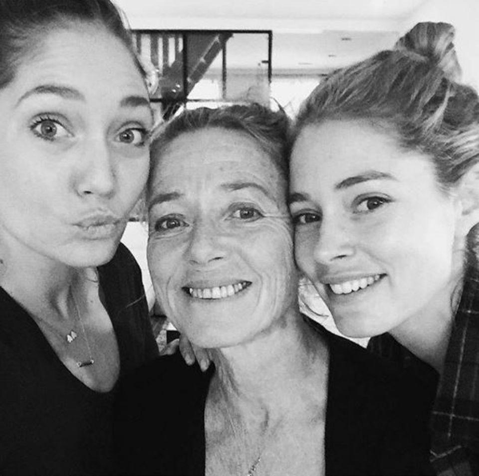 Da sieht man, woher sie ihre Schönheit haben: Supermodel Doutzen Kroes (links) und ihre Schwester Rens verbringen Zeit mit Mama.