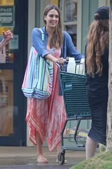 In luftigem Style schiebt Jessica Alba den Einkaufswagen gut gelaunt vor sich her.