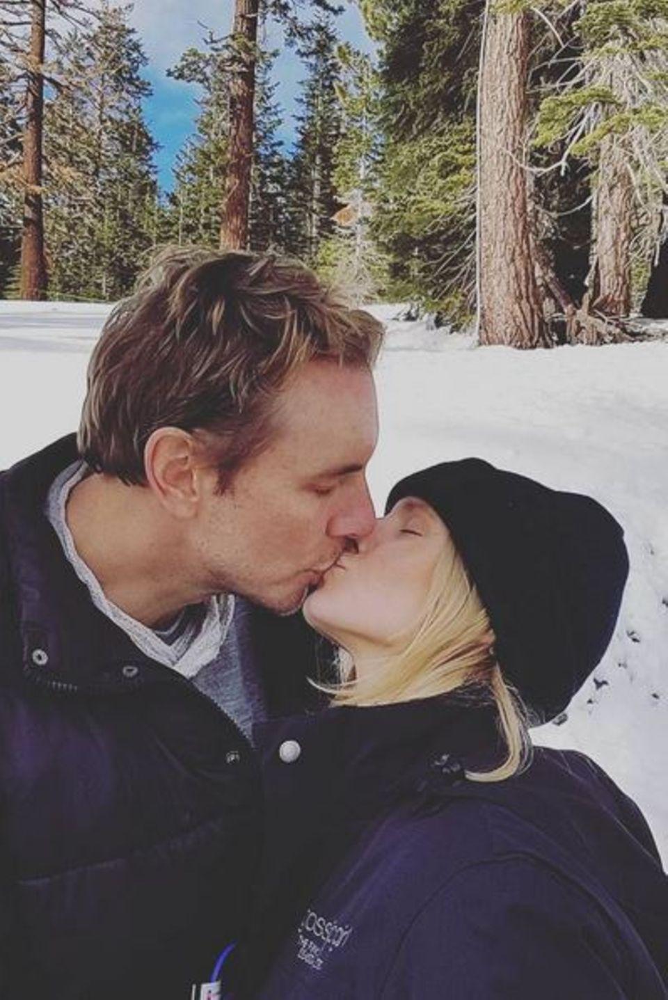 Dax Shepard und Kristen Bell heizen der Kälte mit einem Kuss ein.