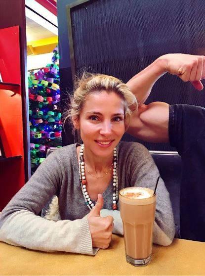 """Elsa Pataky gönnt sich ein """"kleines"""" Glas Milchkaffee, allerdings in den USA. Da sind die Getränke bekanntlich immer größer. Aber noch skurriler ist eigentlich dieser wohlgeformte Bizeps. Ist es etwa Chris Hemsworth, der seine Muskeln spielen lässt?"""