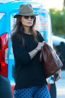 Lässigen Streetstyle beherrscht Katie Holmes eigentlich aus dem Effeff, hier hat sie aber anscheinend nicht wirklich in den Spiegel geschaut. Die Pünktchen-Jeans, der schabbrige Strickpulli und der Fedora-Hut wirken lieblos zusammengewürfelt. Das kannst du viel besser, Katie!