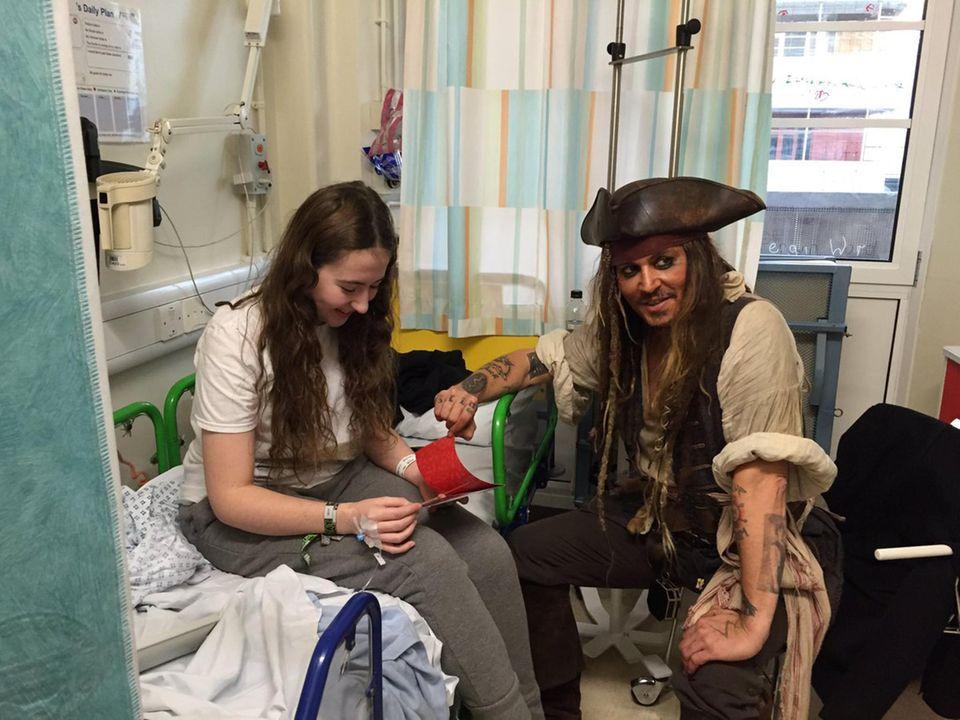 """Johnny Depp überrascht die kleinen Patienten im Kinderkrankenhaus """"Great Ormond Street"""" in London als """"Jack Sparrow"""". Seit seine Tochter Lily-Rose Depp 2007 hier wegen Nierenversagen behandelt wurde, liegt dem Schauspieler die Klinik am Herzen."""