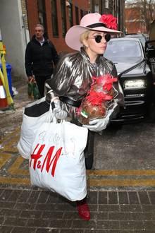 Lady Gaga ist ein bunter Vogel mit großem Herz. Sie besucht in London ein Obdachlosenheim und beglückt alle persönlich mit nützlichen Weihnachtsgeschenken.