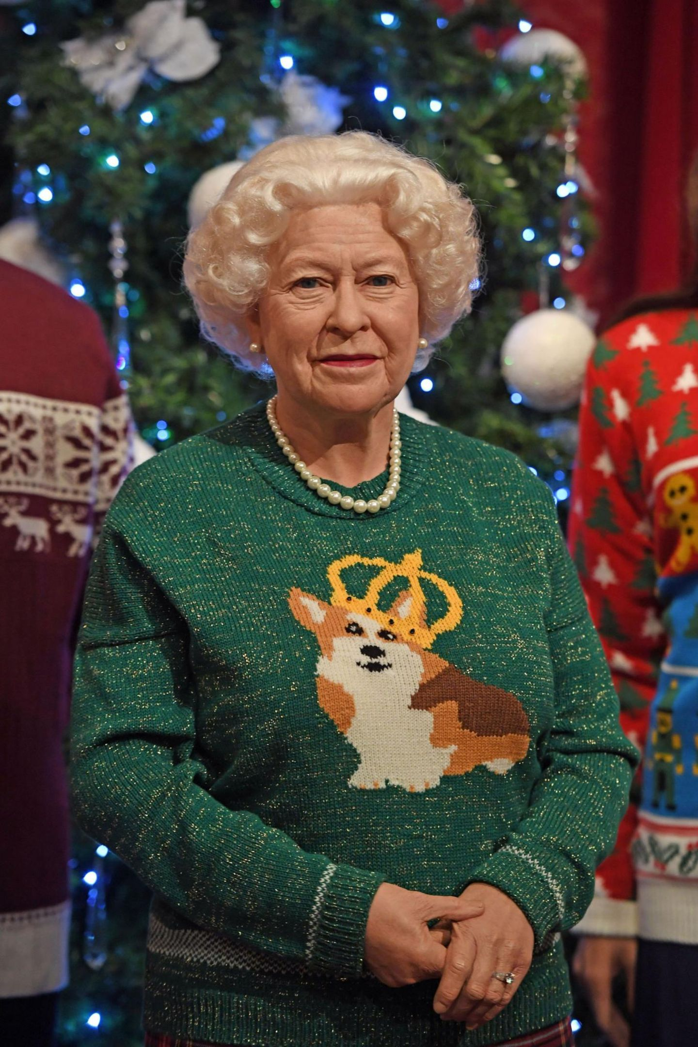 Wunderschön: Die Queen aus Wachs trägt einen Weihnachtspullover mit Corgi-Motiv. Kitschiger geht es kaum!