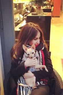 Im winterlichen Berlin kuschelt Schauspielerin Sila Sahin ihren warm eingepackten Hund.