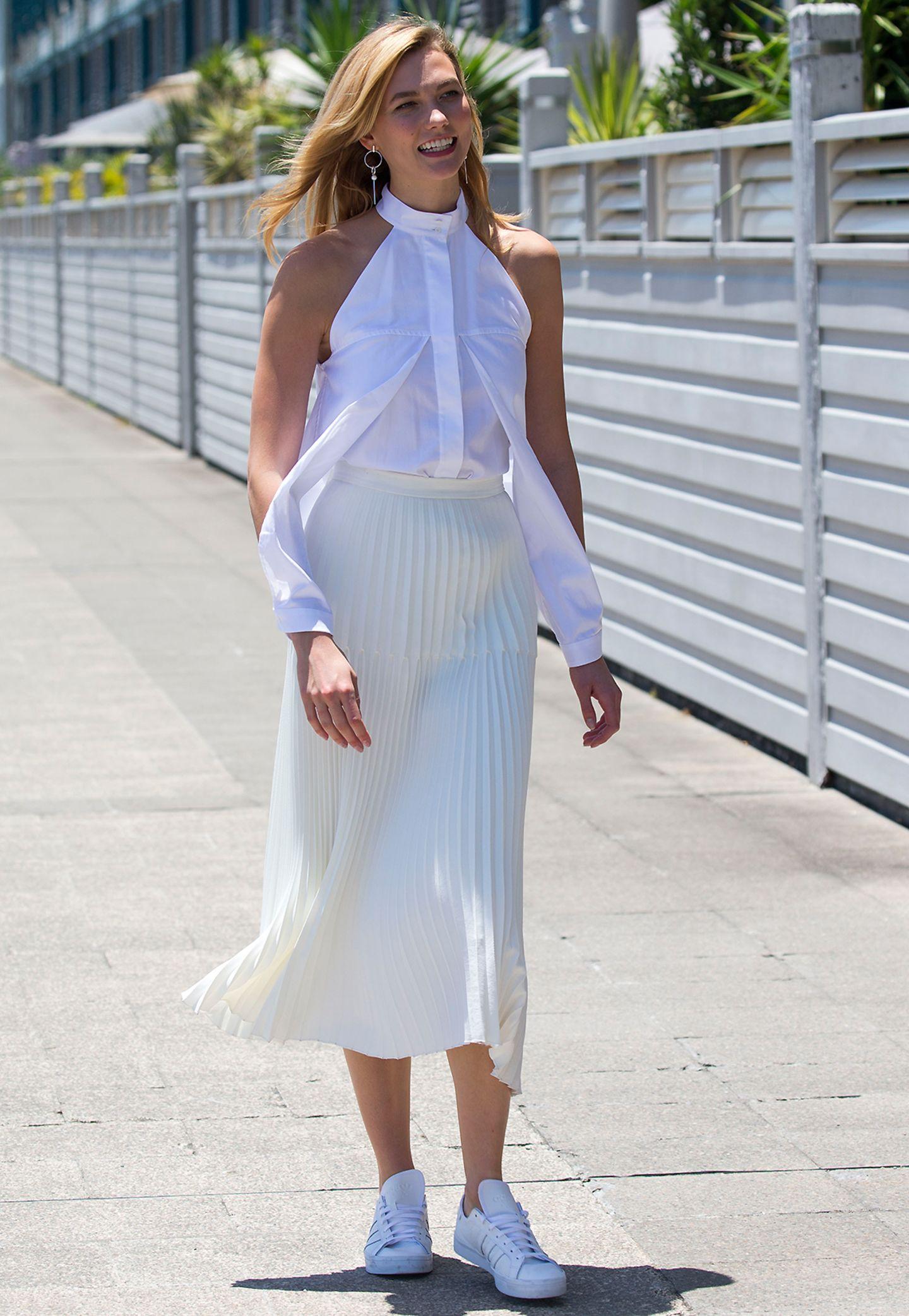 Ganz in Weiß strahlt Karlie Kloss in Sydney. Besonders auffällig ist die Bluse des Models.