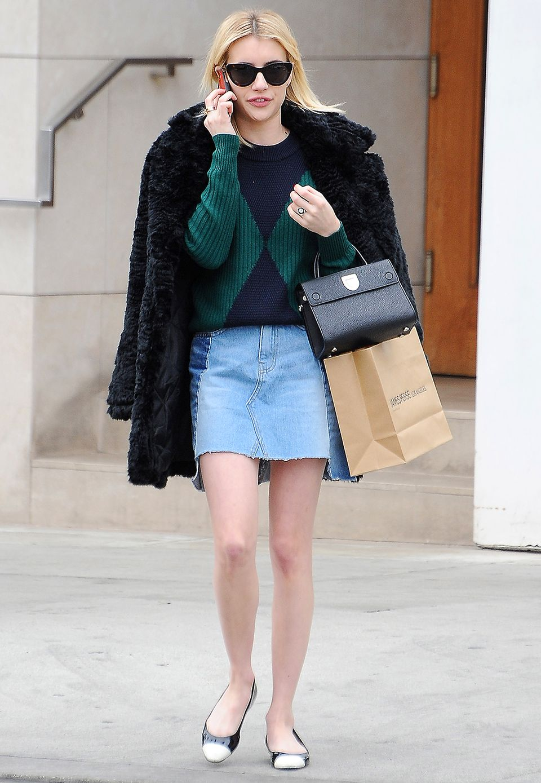 Winter - vs. Sommerstyle: Oben warm eingepackt mit Strickpulli und Kuscheljacke, unten mit nackten Beinen und Ballerinas, spaziert Emma Roberts durch Los Angeles.