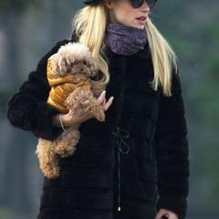 Für den Spaziergang mit ihren Liebsten im Park in Mailand hat sich Michelle Hunziker mit dicker Jacke, Schal und einem stylischen Hut ausgestattet.