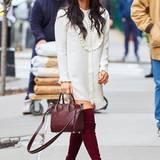 Zum cremefarbenen Blusenkleid kombiniert Olivia Munn weinrote Overknees und eine farblich passende Handtasche.