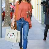 Alessandra Ambrosio hat ihren kuscheligen Wollpulli lässig in die Jeans gesteckt. Boots und eine farbig passende Tasche machen das Outfit komplett.