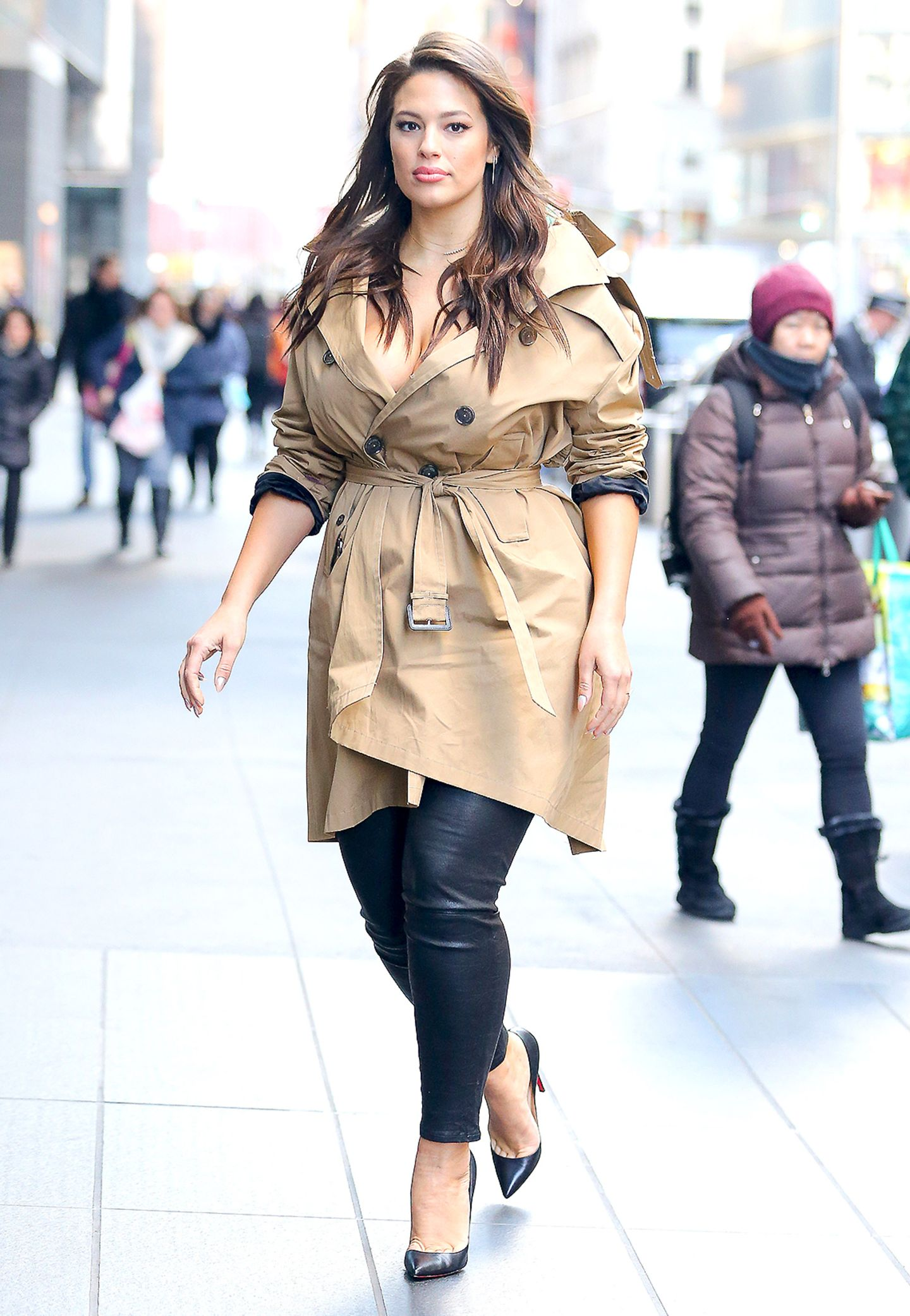 Zu einer Leder-Leggings und schwarzen Pumps trägt Ashley Graham einen klassischen Trenchcoat.