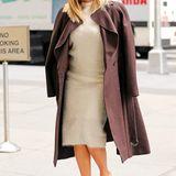 Zu ihrem kuscheligen Woll-Outfit hat Rita Ora einen dunklen Mantel leicht über ihre Schultern gelegt.