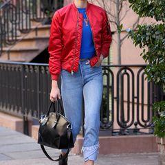 """Model Karlie Kloss setzt sich mit einer roten Bomberjacke von """"Ben Taverniti Unravel Project"""" in Szene."""