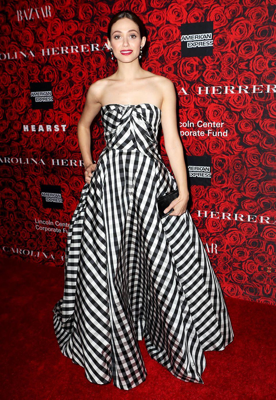 Im Lincoln Center in New York wird Carolina Herrera geehrt. Zu diesem Anlass trägt Emmy Rossum natürlich ein Kleid der Designerin.