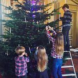 """8. Dezember 2016  Das dänische Königshaus teilt ein weihnachtliches Foto auf der Facebookseite. Gemeinsam schmücken Prinz Christian (auf der Leiter) und seine Geschwister Isabella, Vincent und Josephine einen großen Baum im """"Frederik VIII's""""-Palais von Schloss Amalienborg. Die Szene festgehalten hat Prinzessin Mary."""
