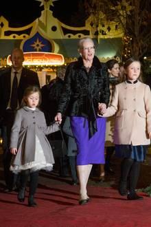 1. Dezember 2016  Prinzessin Josephine und Prinzessin Isabella kommen in Begleitung ihrer Großmutter Margrethe zur Premiere des Nussknacker-Balletts. Die Königin hat hierfür die Kostüme entworfen.