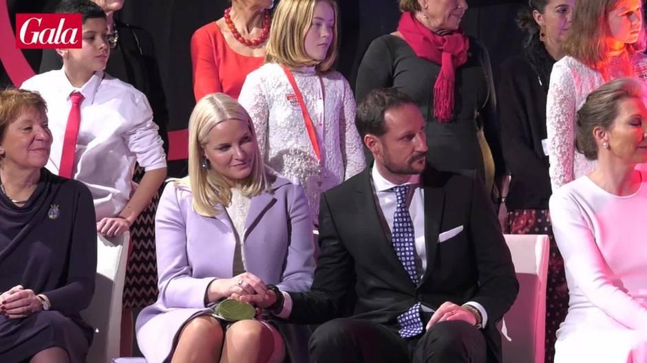 Prinzessin Mette-Marit + Prinz Haakon: Küsse in aller Öffentlichkeit