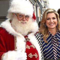 9. Dezember 2016: Königin Maxima begrüßt bei der Verfilmung des BZT Weihnachtsgala einen ganz besonderen Gast. Es ist Santa Claus, der ihr ein breites Lächeln ins Gesicht zaubert.