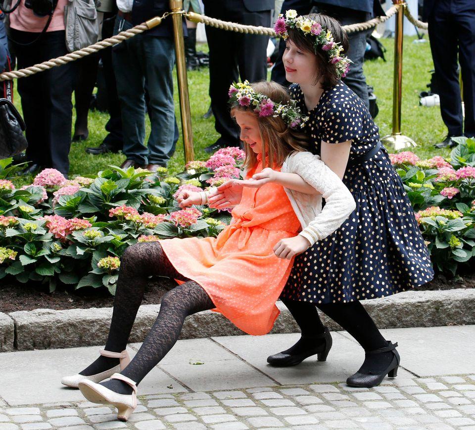 Leah Isadora und Maud Angelica, die Enkeltöchter von Norwegens König Harald, tollen übermütig herum, bis eine von beiden rücklings zu fallen droht. Nochmal gut gegangen!
