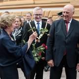 Norwegens Königspaar ist in Finnland auf Staatsbesuch. Königin Sonja freut sich immer über Blumen, aber die finnische Rose in ihrer Hand gibt sich geknickt.